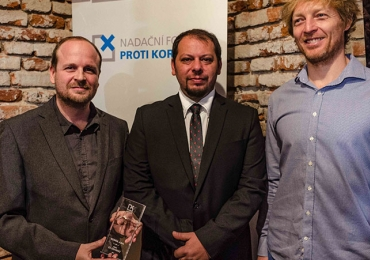 ROMEA získala cenu za odvahu od Nadačního fondu proti korupci
